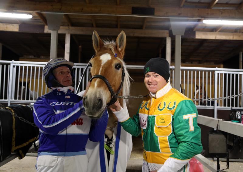Pikku-Rytin edelliset voitot ovat Rovaniemeltä maaliskuussa sekä joulukuulta Arctic Horse-raveissa, jossa ruunan rattailla istui amerikkalainen huippuohjastaja Tim Tetrick (oikealla). Pikku-Rytiä pitelemässä Jorma Kontio.