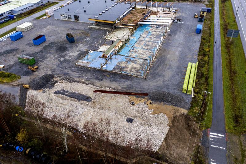 Entinen Rukan tehdas. Rakennustöitä ei tehdä tällä hetkellä. Alalaidassa murskattua betonia, tiiltä ja asbestia