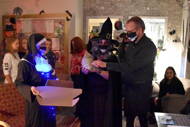 Viiskymppiset saivat Halloweenhenkisen lopun. Jussi Niinistöä muistettiin iltabileiden aluksi Hanne Ylitalon ja Sari Saarikosken toimesta.
