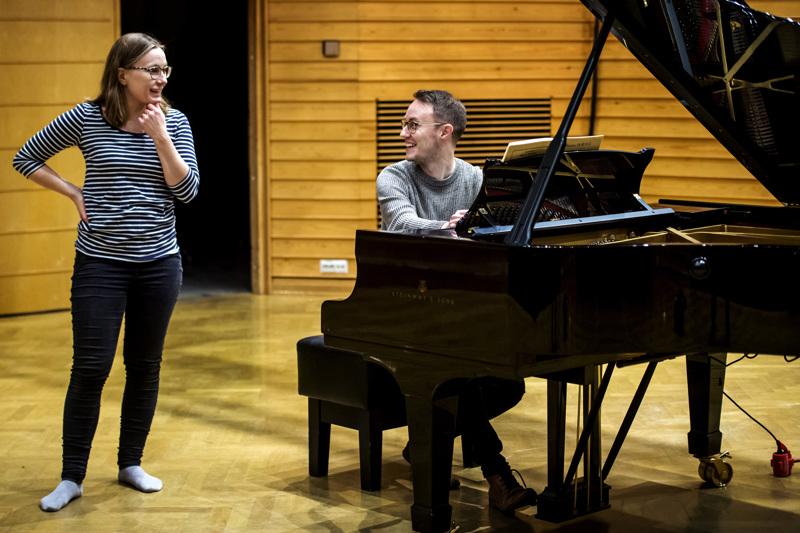 Minna-Leena Lahti ja Matti Pohjoisaho harjoittelivat 20. lokakuuta Kokkolassa konservatoriolla Duruflén Requiemia.