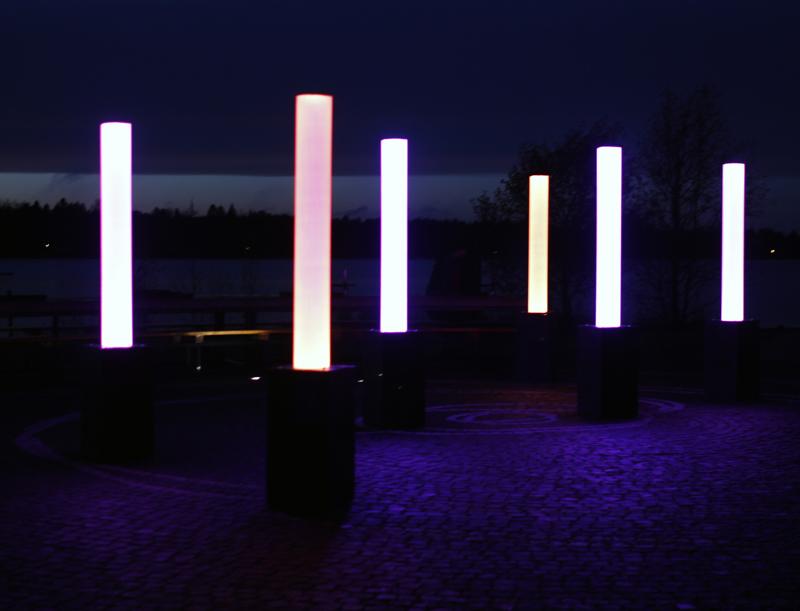 Meripuiston valotaideteos sijaitsee juhlapaikaksi nimetyllä alueella uimarannan vieressä.