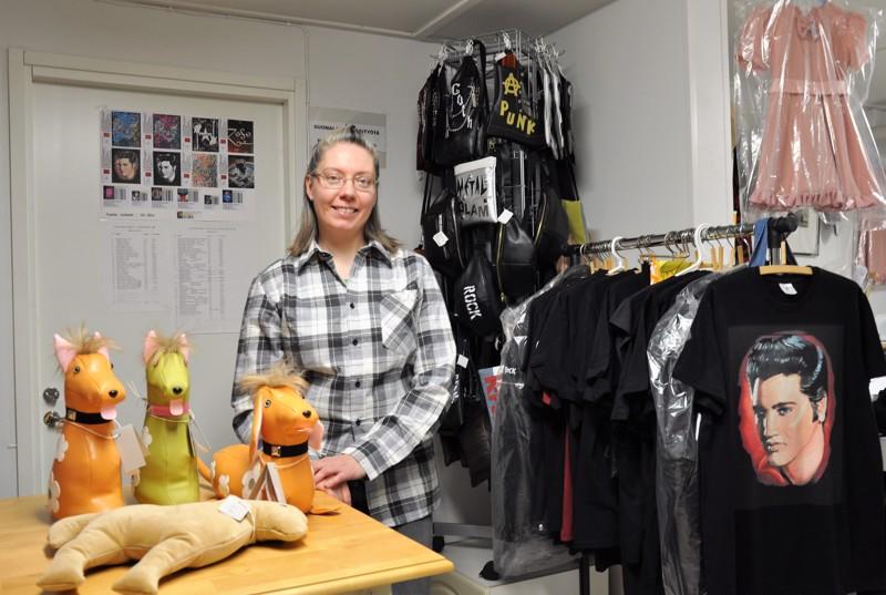 Silja Siirilän töissä ovat hyvässä balanssissa alihankinta, korjausompelu ja omat tuotteet. Etualalla muun muassa hänen Elvis-maalauksestaan tehty t-paita ja taustalla pikkutytön mekko, jonka Siirilä on itse suunnitellut ja kaavoittanut.