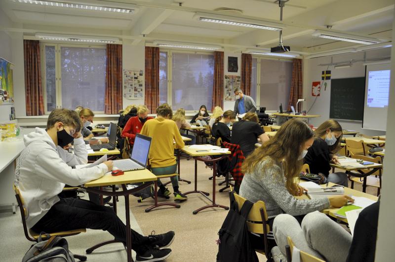 Kotiluokassa. Toholammin lukion toinen vuosikurssi opiskeli keskiviikkona englantia maskien suojissa.