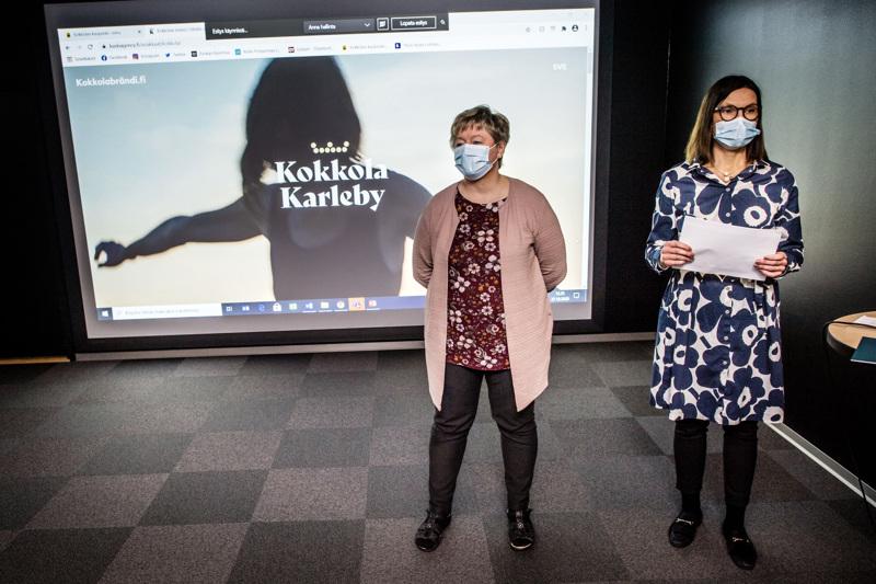 Kokkolan uusi brändi lanseerattiin tällä viikolla. Kuvassa kaupunginjohtaja Stina Mattila ja viestintä- ja markkinointipäällikkö Päivi Korpisalo.