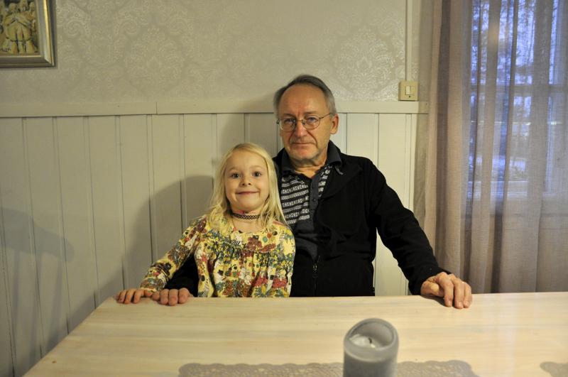 Pappi on myös pappa. Toholammin seurakunnan kappalainen Osmo Leppänen saa  lähes joka arkipäivä seurakseen pojantyttärensä Helmin, joka viettää aikaa isovanhemmilla koulupäivän jälkeen.