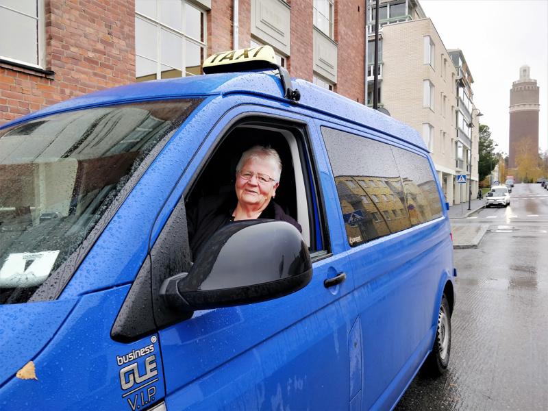 Pirkko Fagerholm aloitti taksinkuljettajana aikoinaan mm. siksi, että saisi samasta työstä saman palkan kuin miehetkin. Ensimmäisestä kyydistä on vierähtänyt yli 43 vuotta.