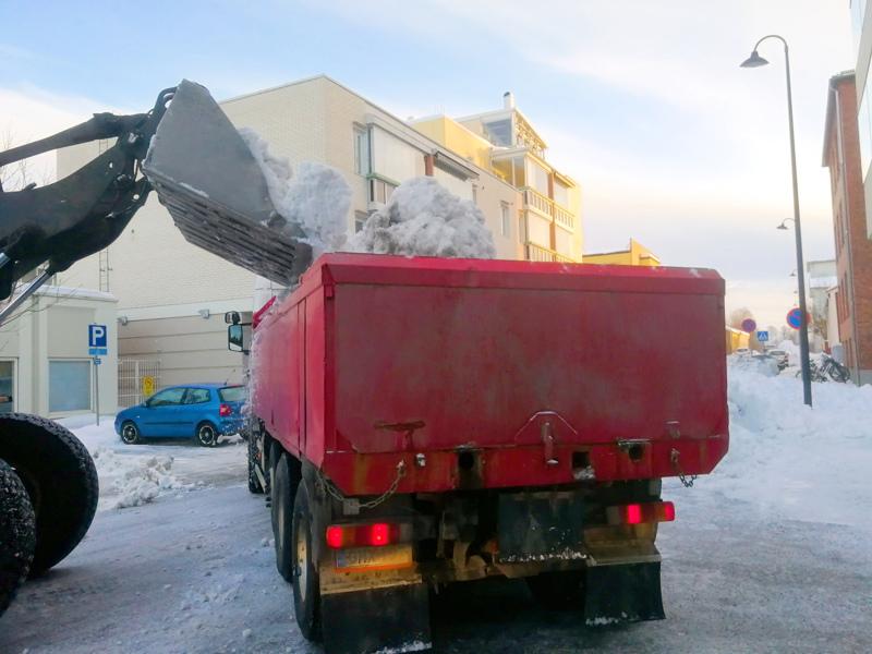 Lumiröykkiöt saattavat ensi talvena olla entistä korkeampia ja viipyä katujen varsilla pitempään, sillä Pietarsaaren kaupunki säästää.