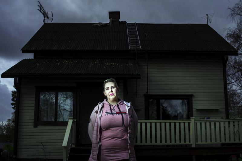 Mari Piilola on varma siitä, että hänen kodissaan kummittelee. Kun lapset ovat isänsä luona, Piilolasta tuntuu, että hän ei kuitenkaan ole yksin.