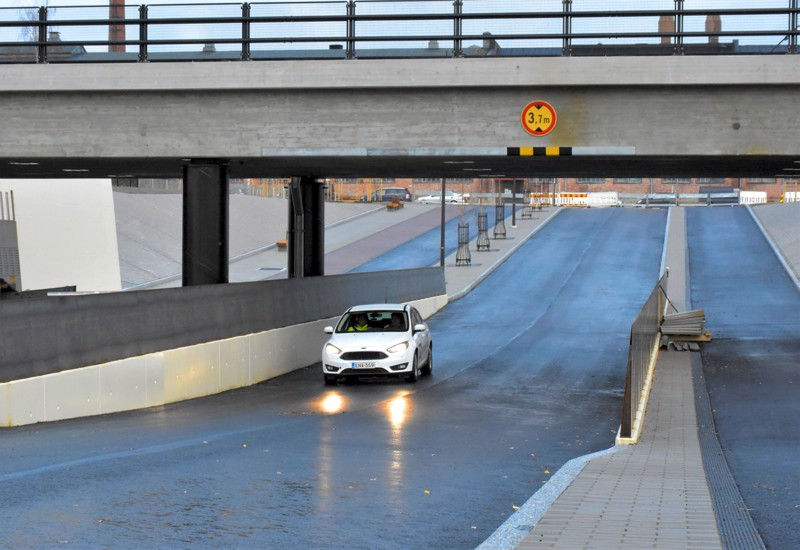 Tunnelissa on tilaa kohdata. Ajokaistoilla on leveyttä 3,5 metriä.
