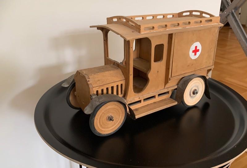 Kuvassa on isoisäni isän Julius Ossian Hedmanin (1864–1928) pojalleen Walterille tekemä ambulanssi. Auto on tehty nähtävästi vuonna 1923, kertoo kuvan lähettäjä Heikki Hedman Turusta.