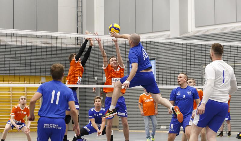 Särkät Volleyn pelaajat olivat monessa tilanteessa verkolla valmiina torjumassa Himangan Urheilijoiden suorituksia, joskin pisteiden nappaaminen oli haastavaa.