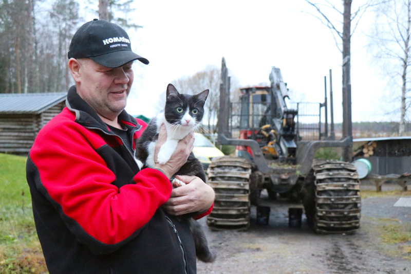 Perheen kissat pitävät yleensä Reima Hänniselle seuraa, kun yrittäjä korjaa kotipihassa metsäkoneita.