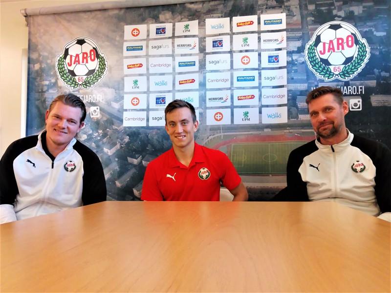 Joni Remesaho (keskellä) pääsee kuin pääseekin vielä tällä kaudella ainakin kertaalleen pelaamaan kotiyleisölle. Myös päävalmentaja Niklas Käcko (oik.) ja valmentaja Jonas Portin ovat tilanteesta hyvillään.