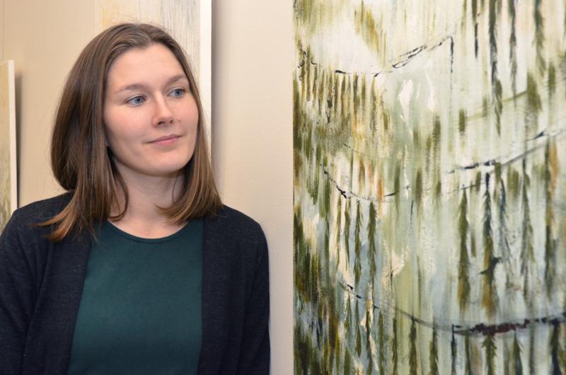 Sonja Leppänen saa maalauksiinsa innoituksen luonnosta.