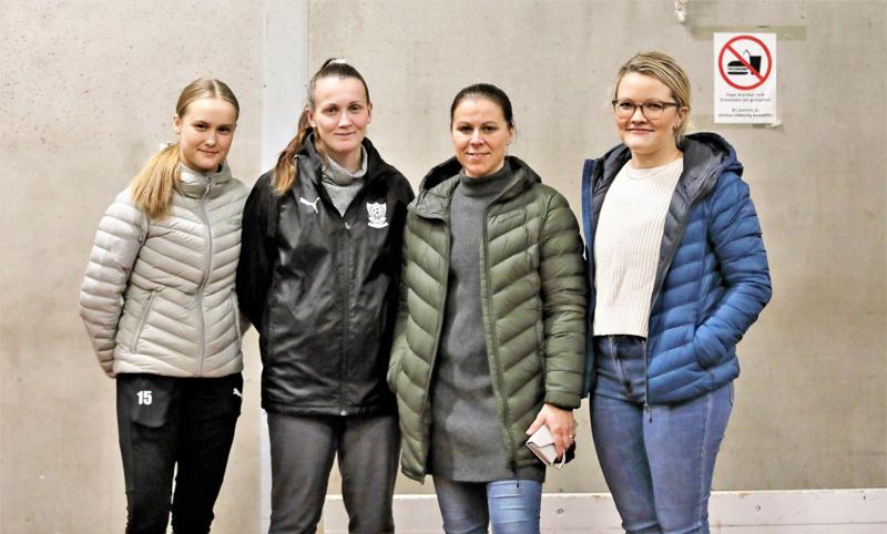 FC Unitedin riveistä Emma Nilsen Sanna Ög Niina Moore Ja Josefina Broberg.