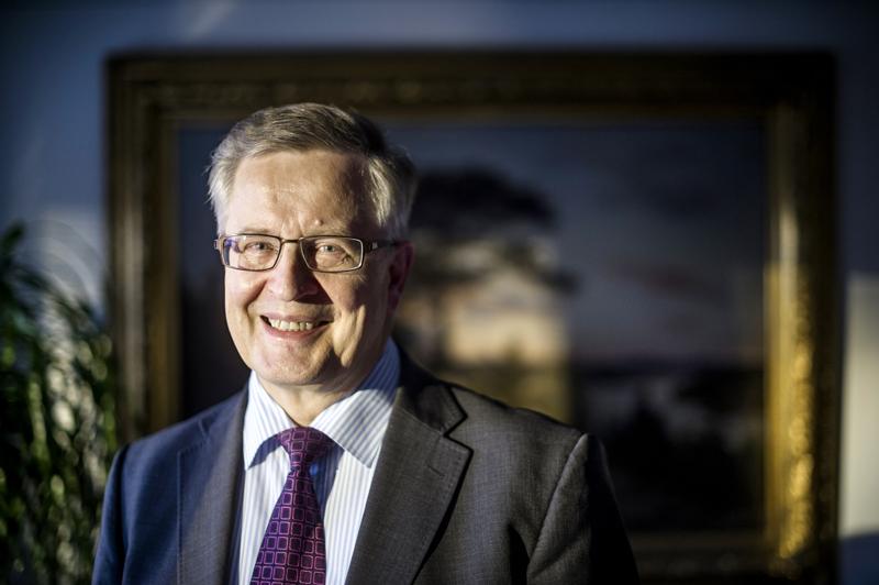 Kaupunginjohtaja Antti Isotalus työhuoneessaan 14. marraskuuta 2012. Kuva julkaistiin Keskipohjanmaan 95-vuotisjuhlalehden haastattelun yhteydessä 4.12.2012.