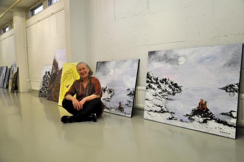 Auli-Maritta Ruuskasen tämän vuoden töissä on koholla olevia elementtejä. Käsillä tekeminen innostaa. Ruuskanen kuvattiin Galleria Justuksessa näyttelun ripustusvaiheessa.