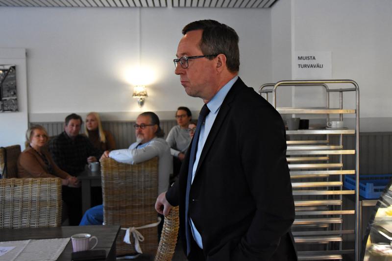 Työ- ja elinkeinoministeri Mika Lintilä teki maanantaina pikapiipahduksen Haapavedelle. Aamukahvitilaisuudessa oli paikalla lähinnä Keskustan paikallisia aktiiveita.