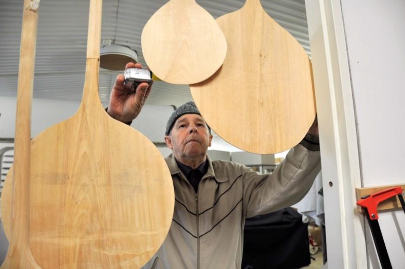 Kotimuseon lisäksi Vilpas Jylhä harrastaa puutöitä. Mies on ajassa mukana, valikoimaan kuuluu myös pizzalapioita. Kuvan pizzalapio on halkaisijaltaan 37 senttiä.
