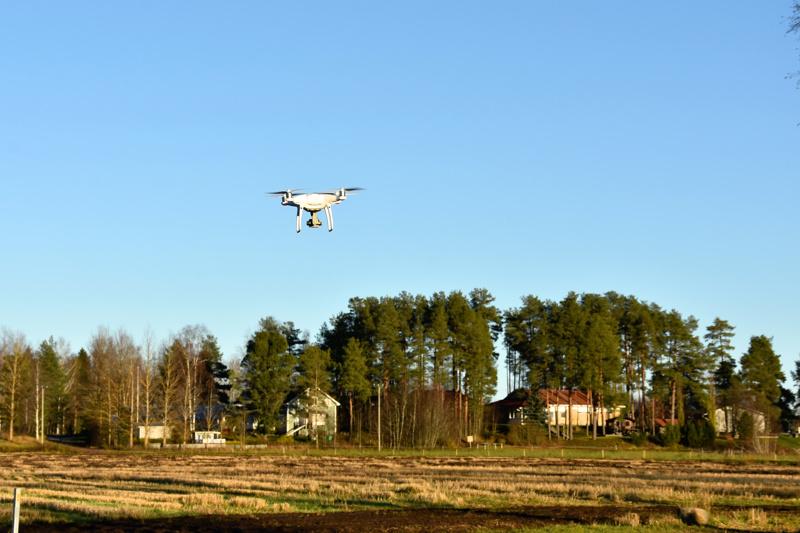 Drone lähtee kuvaamaan. Maataloudessa hyödynnetään dronen mahdollisuuksia vielä verrattain vähän.