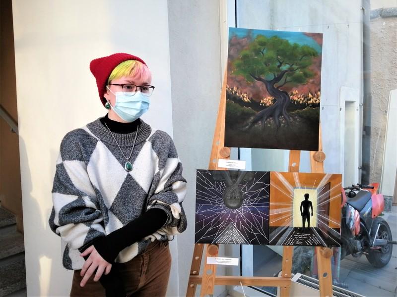 Luna Sandvikin Save Us -maalauksen alla komeilee Jenny Jakobssonin kaksoisteos Förändringar.