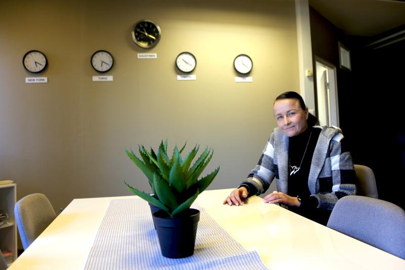 Kiinteistöhuollon toimistotilojen seinällä kellot käyvät Tokion, New Yorkin, Lontoon ja Kaustisen ajan lisäksi Levin ajassa. Virpi Isokankaalle Levi on mieluinen kohde eri vuodenaikoina.