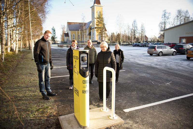 Nivalan seurakunta on Suomen toinen seurakunta, jolla on sähköautojen latauspiste. Kahden auton lataukseen sopivan pisteen äärellä Hannu Jussi-Pekka, Anne Haikara, Irja Visuri, Annikki Klemola ja Anita Piiponniemi.