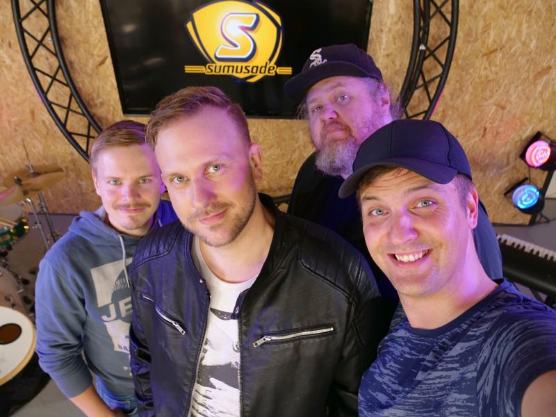 Sumusade-yhtyeessä musisoivat Jonne Mäkipelto (vas.), Johannes Ahlvik, Egon Veevo (takana) ja Ville Mäkipelto. Kuvasta puuttuvat Kalle Mäkipelto, Janne Lautamäki ja Mika Tervaskangas.