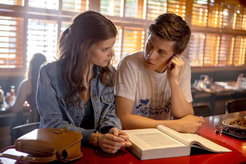 Epänormaaleja ihmisiä: Kate Mara ja Nick Robinson.