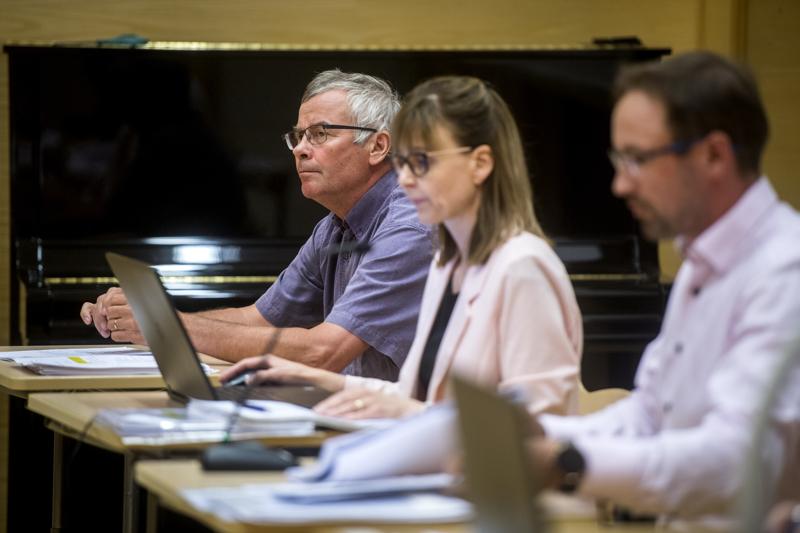 Korpelan Voiman hallituksen puheenjohtaja Antti Toivola, henkilöstöpäällikkö Kati Perander ja kokouksen puheenjohtaja Rami Rauhala.