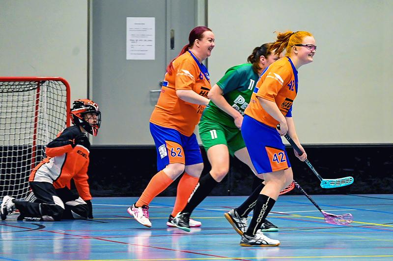 Tiukasta ottelusta huolimatta HaBalla säilyi peli-ilo. Maalissa Nelli Koukka ja puolustamassa Kirsi Avilovs (62) sekä Silja Pennanen (42).