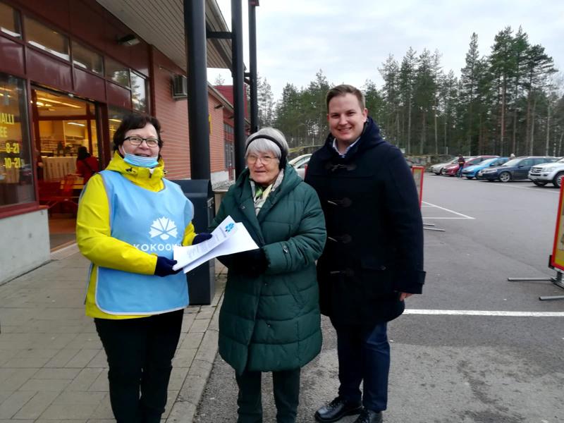 Raili Heikkilä ja Paula Pyy luovuttivat kansanedustaja Janne Heikkiselle Haapaveden Kokomuksen muistion paikkakunnan kehitystarpeista.