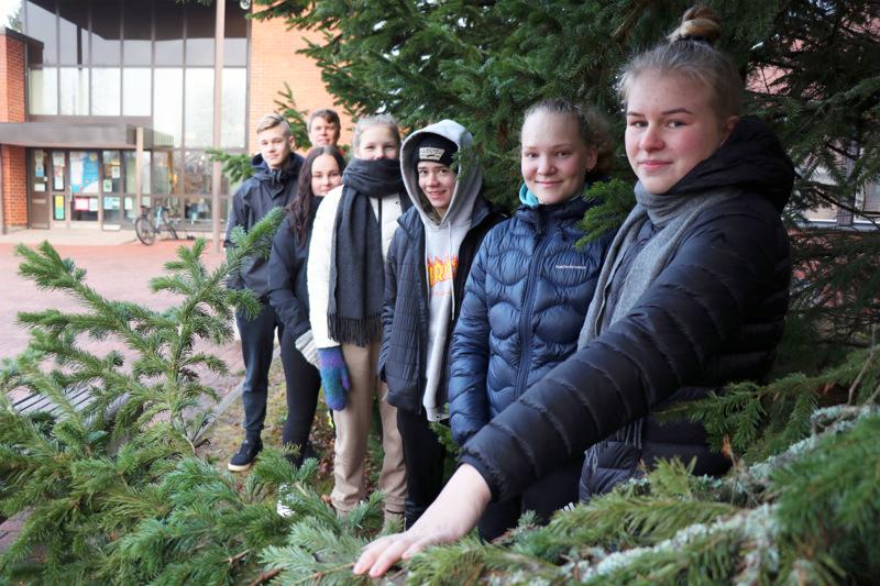 8A-luokka järjestää joulumyyjäisensä tänä vuonna virtuaalisesti, kertovat Veera Puusaari (edessä), Juulia Nykänen, Konsta Nygård, Elli Siirilä, Vilma Klemola ja Oskari Tikkakoski. Takana luokanvalvoja Tero Lahtinen.