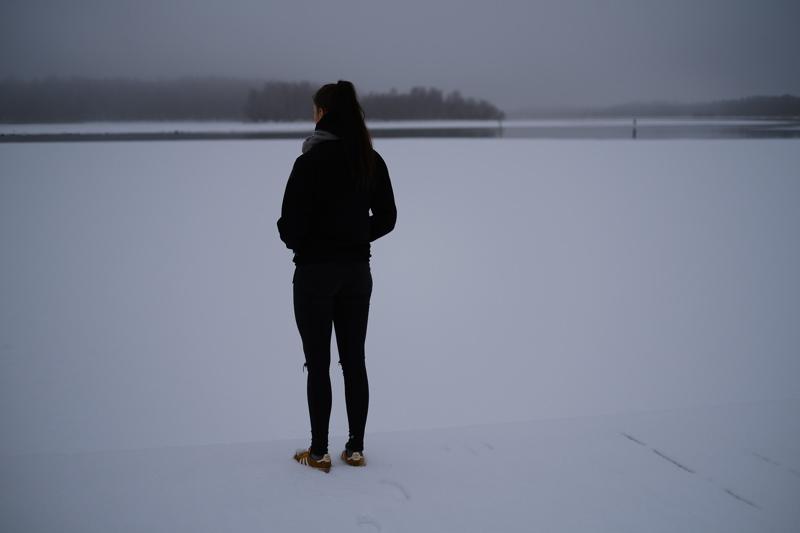 Lastensuojelun sijaishuollossa kasvaneet nuoret kertovat kokemuksistaan suomalaisesta lastensuojelusta. Turvallisen nuoruuden sijaan lapset ovat traumatisoituneet lastensuojelussa kokemastaan kaltoin kohtelusta.