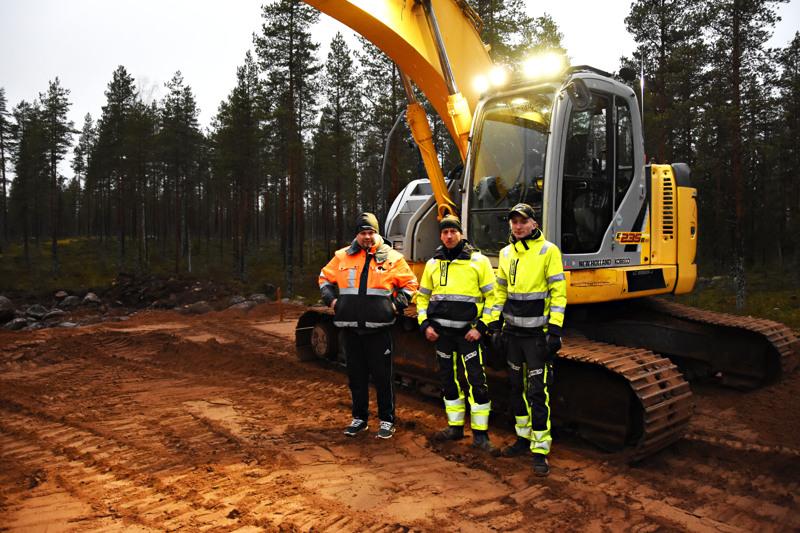 Pekka Hänninen (vasemmalla) ja Toni Ikkala rakentavat teollisuushalleja omille tonteille mutta yksissätuumin. Apuna pohjatöissä on myös Niko Ikkala.