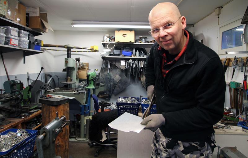 Tom Ojanperä valmistaa pläkkipellistä tuotteita asiakkaan toiveiden mukaan.