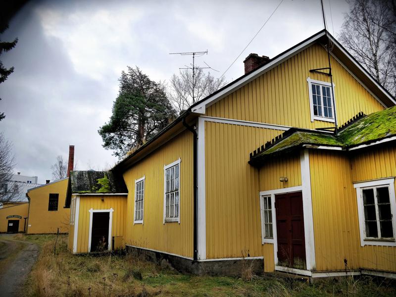 Pitkänomaisen asuinrakennuksen vanhin osa on tiettävästi ollut paikoillaan jo 1800-luvun lopulla. Katto kasvaa sammalta, räystäät heinää.