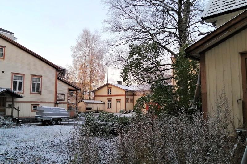 Sisäpihalla ei ensimmäisenä ajattelisi, että Irjalan korttelin idylli sijaitsee ehdottomassa ydinkeskustassa.