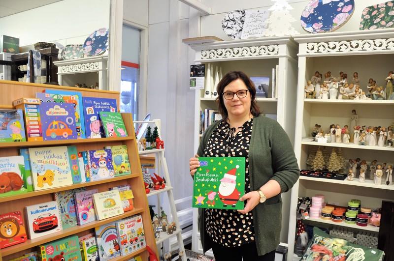 Joulu näkyy jo kirjakaupassakin. Nina Meriläinen toivoo, että myös lastenkirjat löytäisivät tiensä mahdollisimman moneen lahjakoppaan.