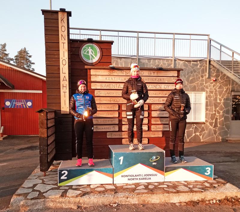 Kontiolahden palkintopallilla nähtiin kahdesti sama kolmikko samassa järjestyksessä: vasemmalta Nivalan Urheilijoiden Tuuli Järviluoma, Kontiolahden Urheilijoiden Inka Hämäläinen ja Vörå IF:n Frida Achrén.