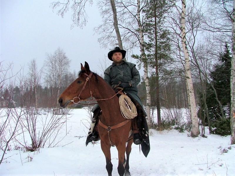 Hevosmies. Jari Lukkarila on ehtinyt myös esittää cowboyta Sonja Biskopin euroviisukappaleen videofilmauksessa.