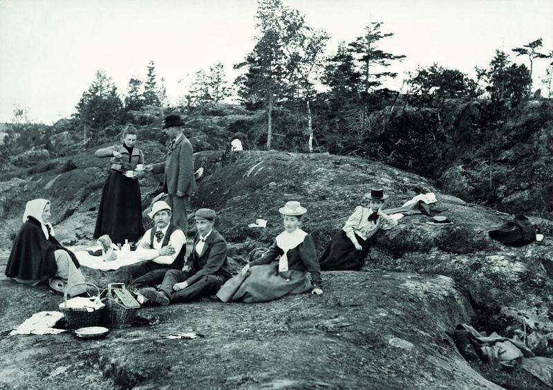 Kesäkuun kuvana on tämä kuva Pikiruukin kallioilta vuodelta 1896.
