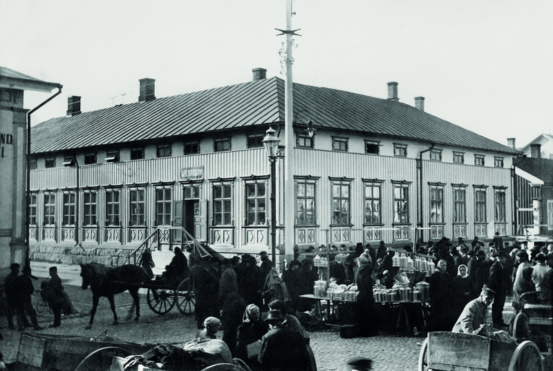 Lokakuun kuvana on kuva kauppatorilta (myöhemmin Mannerheiminaukio) vuodeta 1905.