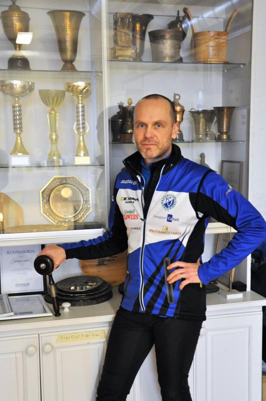 Jorma Harju on tyytyväinen, kun seuralla on oma toimisto urheilutalolla. Toimistoon on koottu vuosien aikana kertyneitä palkintoja.