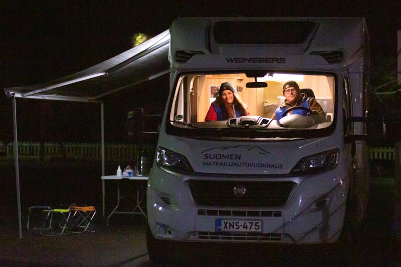 Nuoriso-ohjaajat Sari Elo ja Roy Pietilä kiersivät Hirmu-autolla perjantaina. Kesän kokemukset liikkuvasta nuorisotalosta eli Walkers-autosta olivat niin hyvät, että vastaavanlaista toimintaa Walkersin loputtua haluttiin jatkaa edelleen.