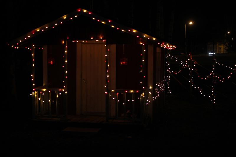 Kemppaisen kotia ja pihamaata ei voi olla huomaamatta, jos ajaa Kälviän liikenneympyrässä. Leikkimökkikin on valaistu.