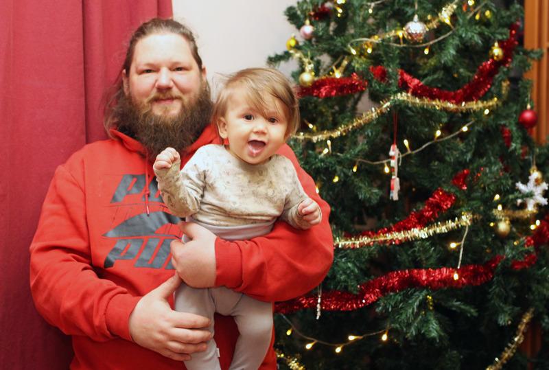 Jarno Huovisen perheessä syksy loppuu siihen, kun jouluvalmistelut alkavat. Kuusi koristeltiin viikonloppuna. Amos ei vielä ehkä ymmärrä joulusta mitään, mutta on iloisesti menossa mukana.