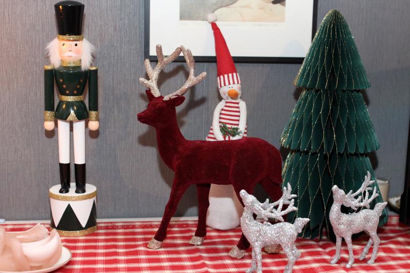 Taustalla näkyvä lumiukko on Sofia Väisäsen rakkain joulukoriste. Se on ollut osa joulua lapsuudesta saakka.