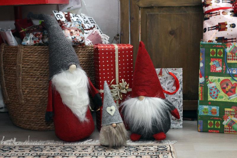 Väisänen on jo ehtinyt paketoida suurimman osan lahjoista. Lahjat hän hankkii aina hyvissä ajoin.