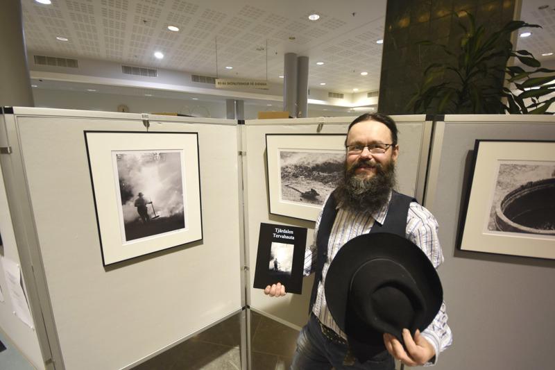 Jan Björk pukeutui Tervahauta-näyttelyn pystyttämisen kunniaksi tervamestariksi.